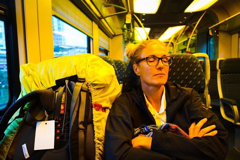 Nina im Airport-Express.